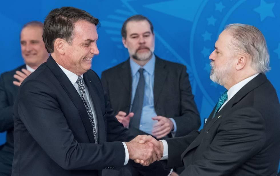 Bolsonaro cumprimenta Vladimir Aras, com Dias Toffoli e Lorenzoni ao fundo.
