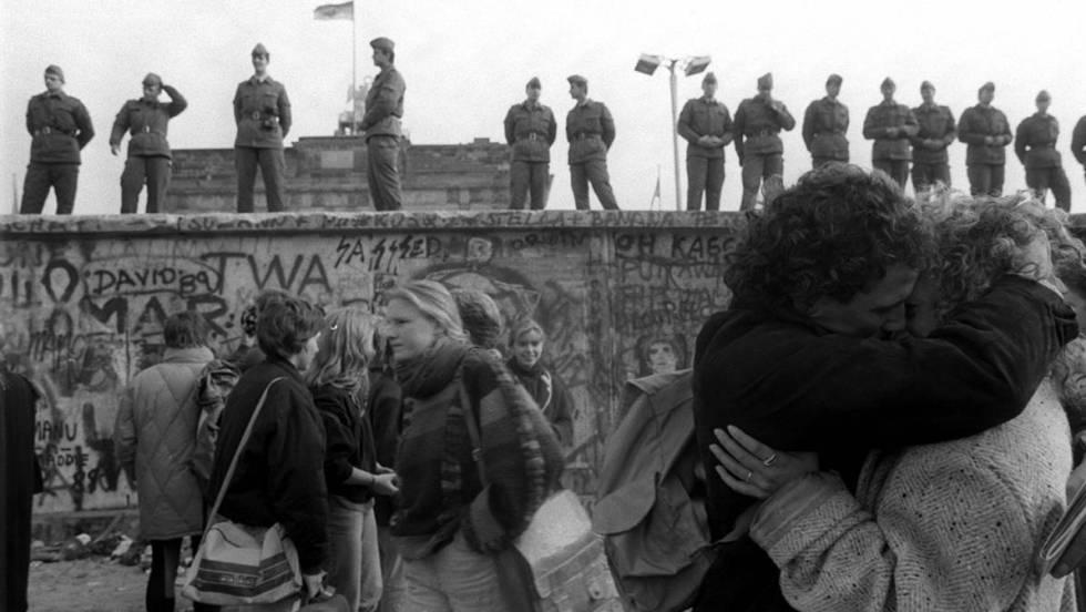 Celebração junto ao muro de Berlim em novembro de 1989.No vídeo, a noite que caiu o muro.