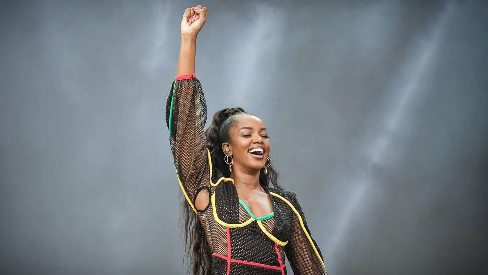 Iza durante apresentação no festival Lollapalooza. Em vídeo, cantora fala sobre racismo.