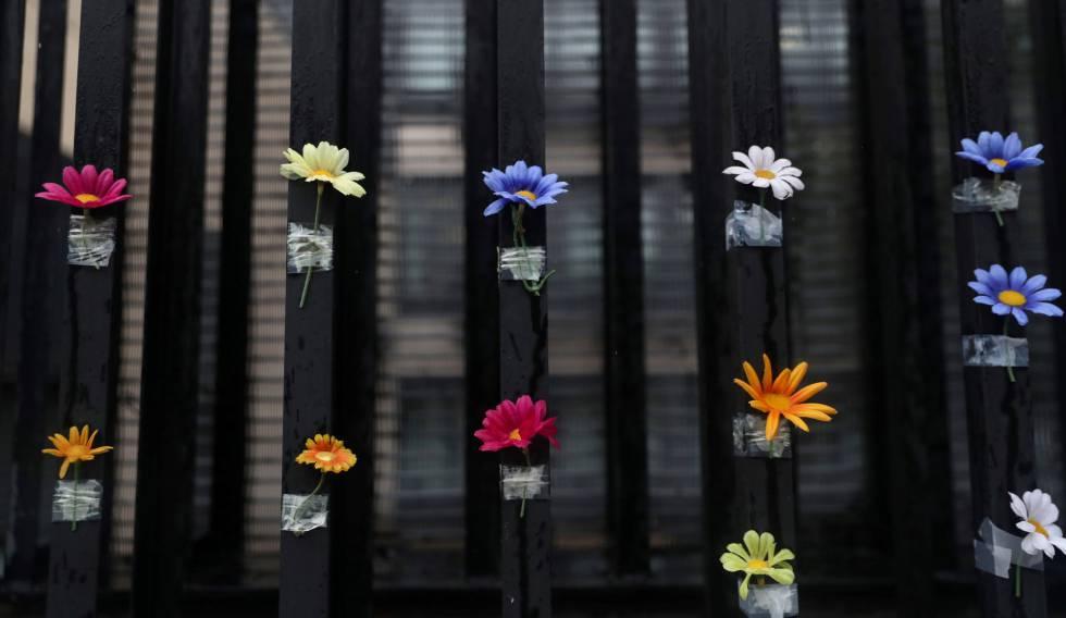 Flores penduradas na entrada de um centro para idosos em Madri.