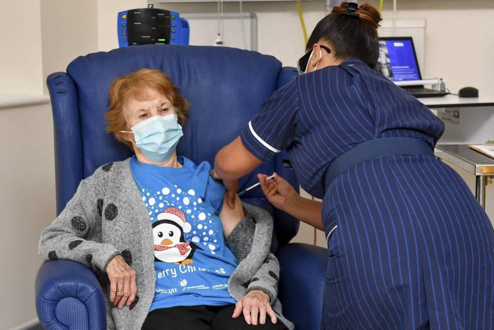 Vacinada aos 90. Uma enfermeira do Hospital Universitário de Coventry (Inglaterra) aplica à paciente Margaret Keenan, de 90 anos, a vacina da PfizerBioNtech contra a covid-19, em 8 de dezembro. Keenan se tornou assim a primeira pessoa vacinada no Reino Unido, que se antecipou aos outros países europeus e aos EUA na autorização do soro contra o novo coronavírus.