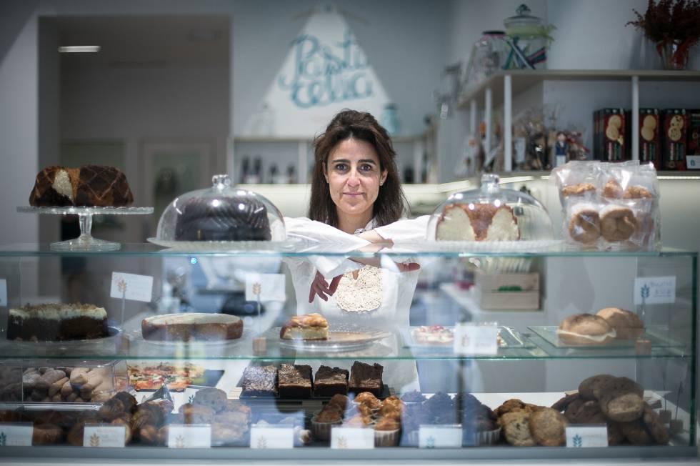 Olga Cuesta en la cafetería Pasticelia, con sello sin gluten, en Barcelona.