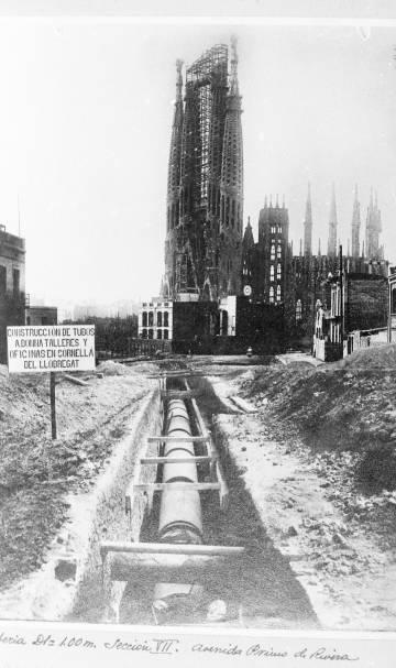 Construcción el 1927 de la canalización a la avenida Gaudí (en aquellos días, de Primo de Rivera), en dirección a la Sagrada Familia.