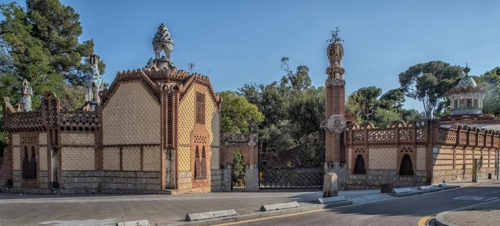 La monumental entrada que realizó Gaudí para la finca del conde Güell.