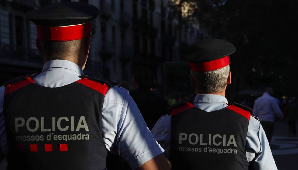 Dos mossos en una imagen de archivo.