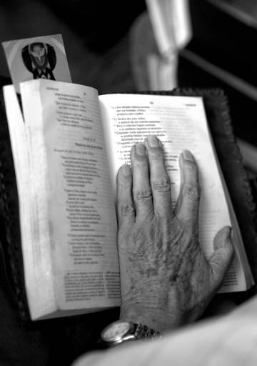 La mà de Casaldàliga en un missal.