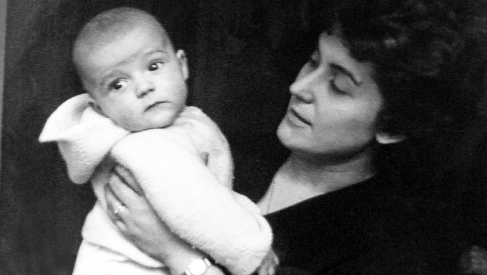 Julià Guillamon en brazos de su madre, Maria Mota.