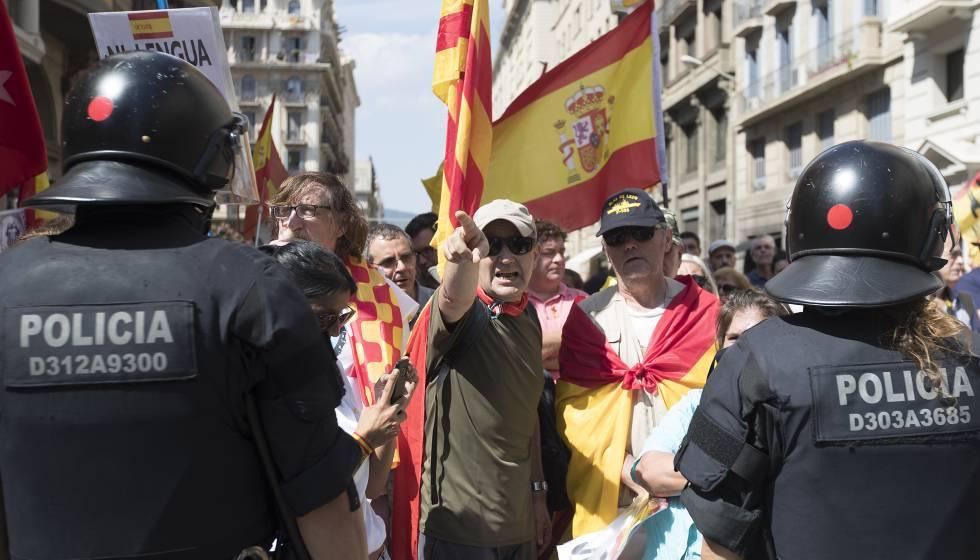 Los Mossos impiden que una marcha a favor del castellano en la escuela llegue a plaza Sant Jaume.
