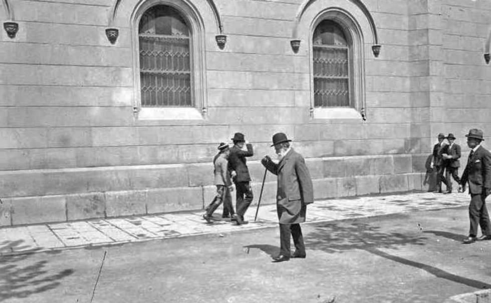 Josep Mestres Gómez entrant a la Universitat de Barcelona el 4 d'abril de 1917. El maig de 2016 es va publicar que era Antoni Gaudí.
