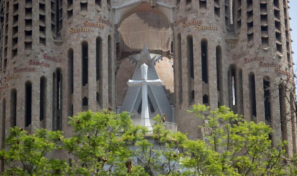 Cruz de 7,5 metros a la fachada de la Pasión de la Sagrada Familia.