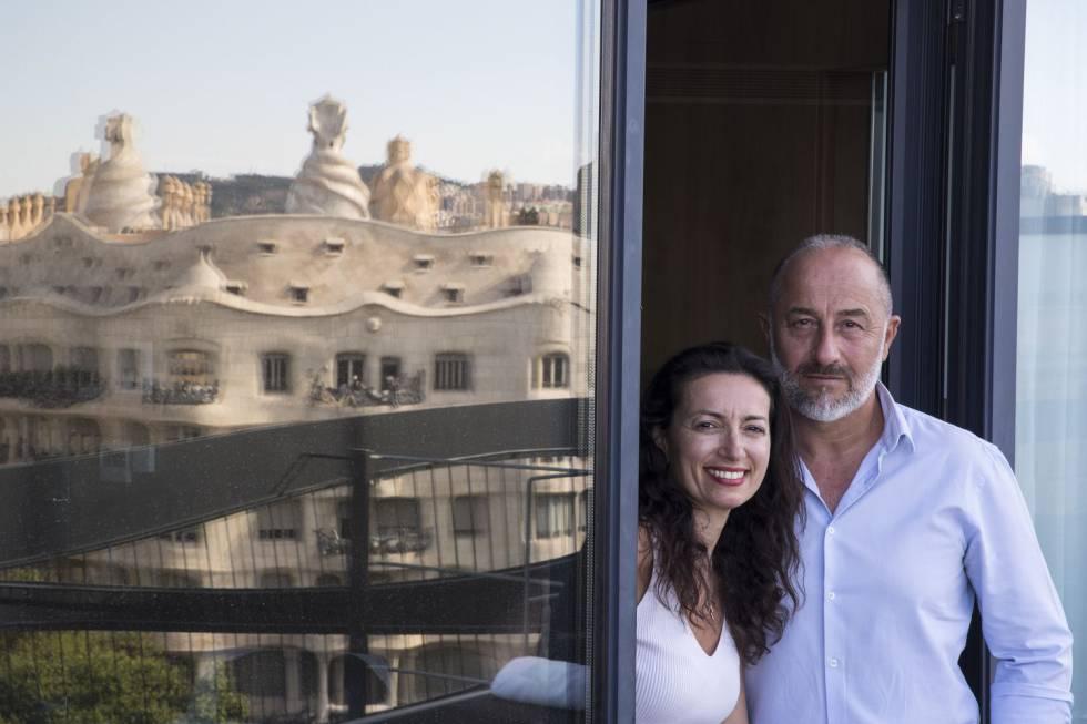 José Luis Fernández i Maite Sánchez a l'habitació que han ocupat durant la quarantena.