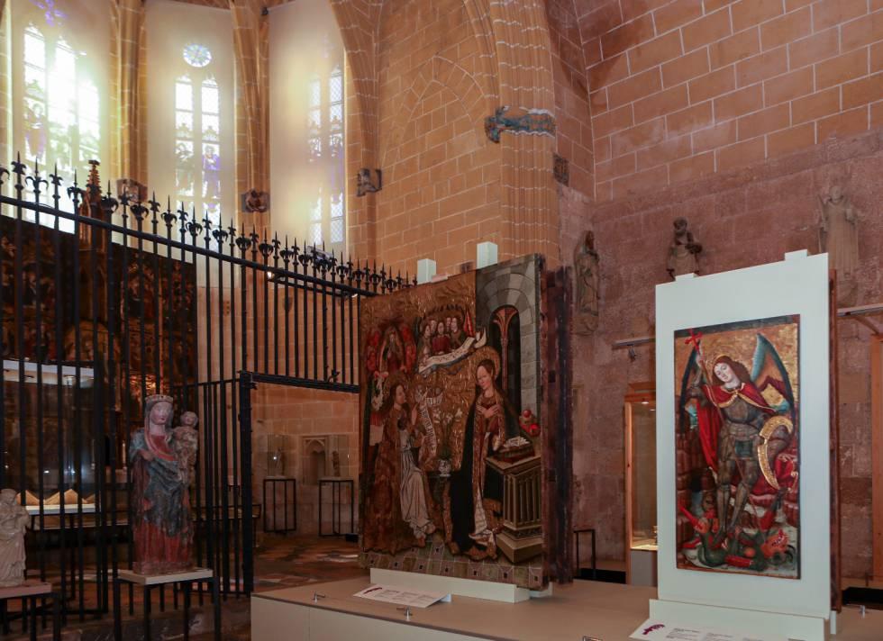 Capella del Corpus Christi de la catedral de Tarragona que va robar Erik el Belga el març del 1980. Al fons les finestres per on va entrar, la reixa que va haver de serrar i en primer pla la taula de Sant Miquel que es va endur i després es va recuperar.