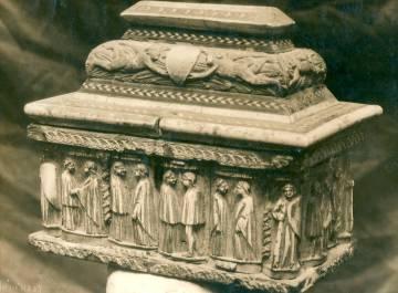 Arqueta realitzada a Gènova al segle XVI de fusta de banús amb 12 parells de figures mitològiques. Prové de Riudoms i no s'ha recuperat després del robatori del 1980.