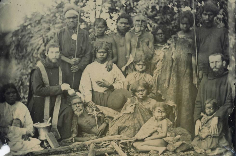 La tasca dels benedictins fou ingent, espiritualment i física: el pare Martínez bateja un vell aborigen el 1867.