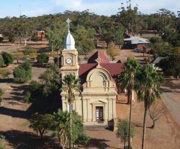 L'església de l'abadia, envoltada de natura.