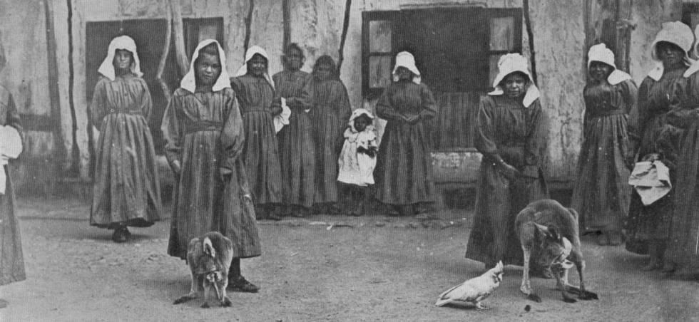 Nenes aborígens amb cangurs com a mascota i una cacatua, a l'orfenat de Sant Josep.