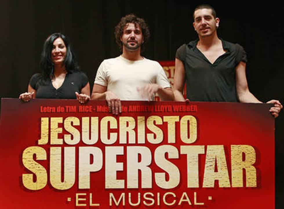 Miquel Fernández, al centre, amb Lorena Calero i Ignasi Vidal posa per a la premsa abans de començar un assaig de 'Jesucristo Superstar'.