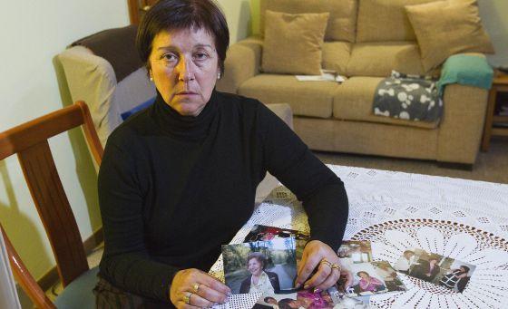 Montserrat Grasa, hija de la fallecida, con fotografías de esta. / JOAN SÁNCHEZ