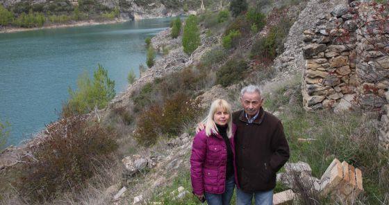 Josep Prats, amb la seva filla Glòria, a les ruïnes de Tragó de Noguera. Font de l'article i foto: cat.elpais.com