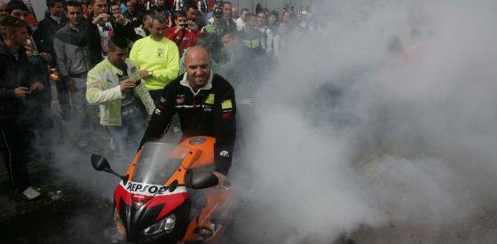 Un motero quema rueda en el centro de Jerez, donde se celebra el Gran Premio de España de Motociclismo