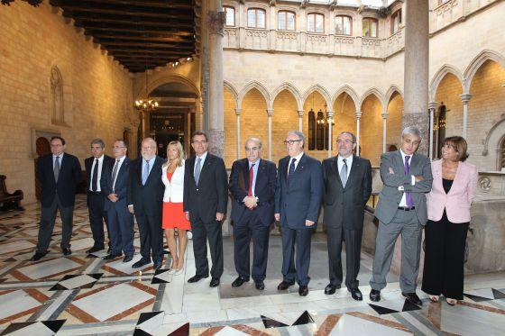 El Gobierno catalán y las cuatro diputaciones firman en el Palau de la Generalitat un convenio para colaborar en la gestión tributaria. / TEJEDERAS