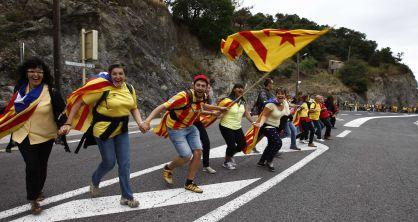 Participantes de la Vía Catalana, cerca de la frontera con Francia. / pere duran