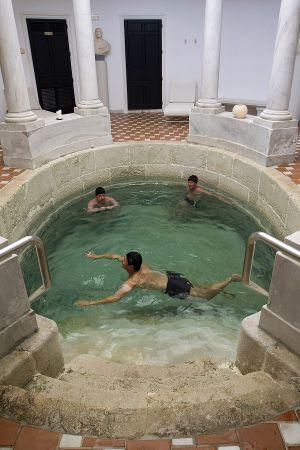 Tres turistas en el balneario de Carratraca (Málaga).