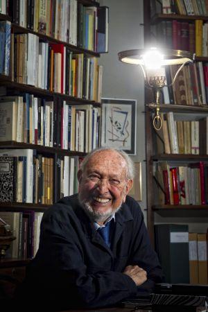 Josep Maria Castellet, escritor y editor, fotografiado en el estudio de su casa de Barcelona.