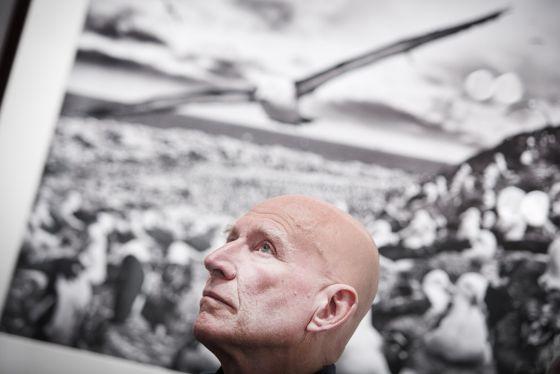 Sebastião Salgado delante de una de sus fotografías del proyecto Génesis.