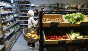Una clienta de la Magdalena de Proust, una tienda y obrador de pan especializada en producto madrileño.