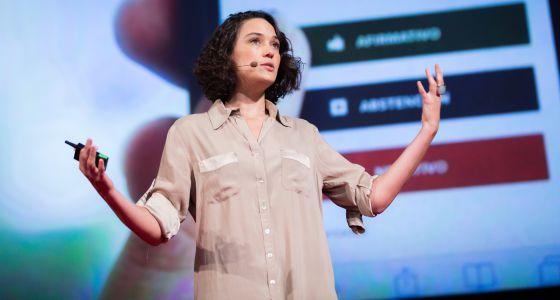 Pia Mancini durante su charla TED.