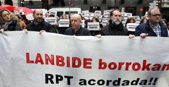 Concentración de trabajadores de Lanbide en Bilbao en su primer día de huelga.