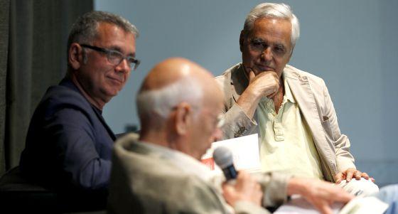 Juan Cruz presenta su libro 'Toda la vida preguntando' junto con Emilio Lledó y Juan Ramón Lucas.