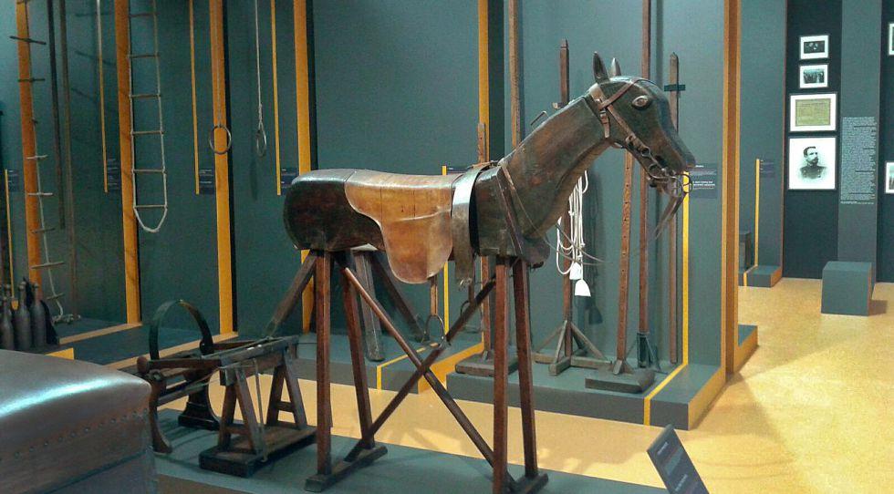 Un caballo de madera y cuero para el aprendizaje de la monta.