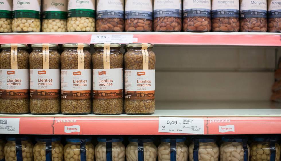Los estantes donde deberían estar las conservas sospechosas están vacíos desde que Salud Pública ordenó su retirada de los supermercados