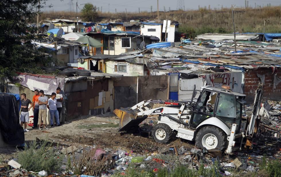 Limpieza en 2011 de un tramo del asentamiento chabolista de la Cañada Real.