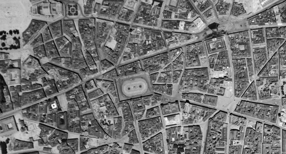 La Plaza Mayor de Madrid en una fotografía de 1943.