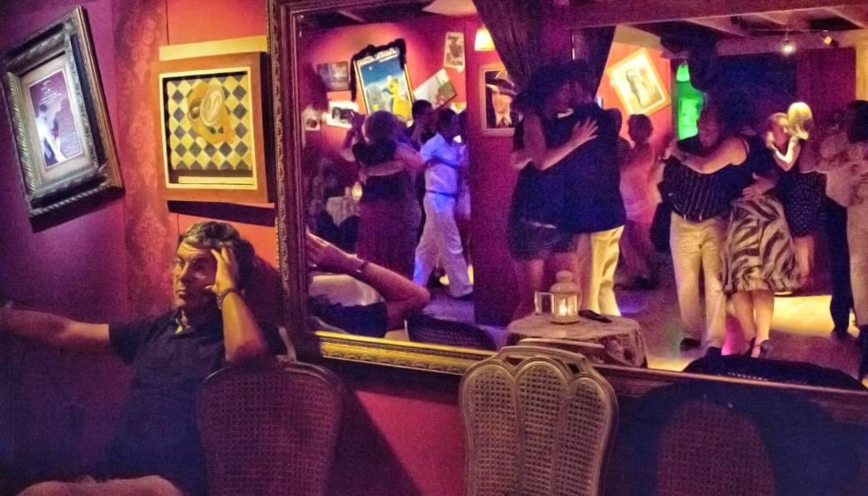 Milonga La Yumba, en la calle Calabria de Barcelona, donde se bailan los viernes tangos.