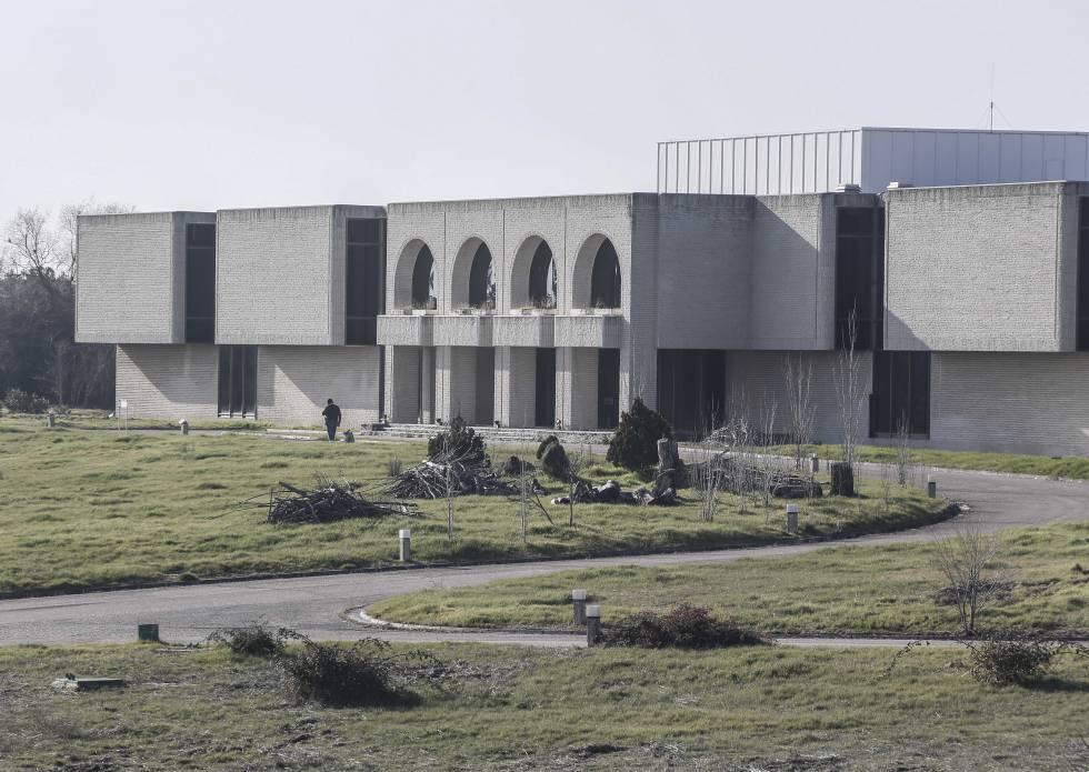 La comunidad insta a las rozas a proteger el edificio for Edificio de la comunidad de madrid