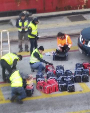 Varios agentes registran las bolsas con droga en la última operación de 'Cale'.