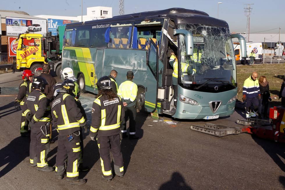 Los bomberos observaban el pasado 25 de enero el autocar escolar siniestrado en Fuenlabrada.