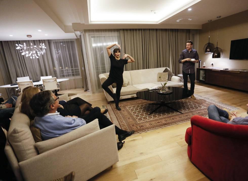 Los actores Darío Frías, Raúl Mérida y Sara Sálamo representan la obra Felicidad a domicilio en la suit del Hotel Eurobuilding.