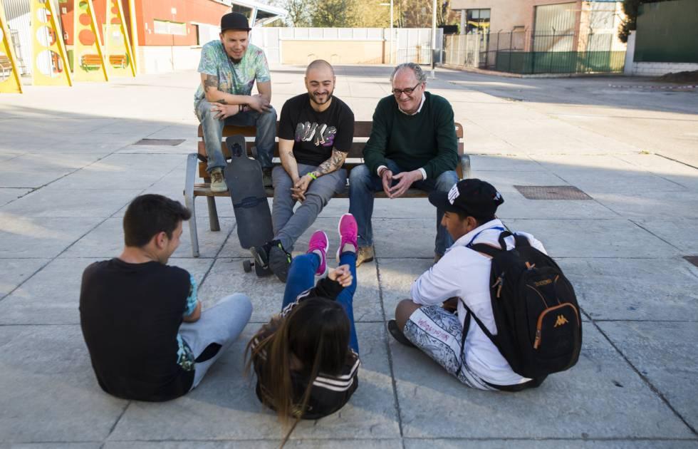 El codirector del festival 16 kilómetros, Carlos Olalla (d), con un grupo de jóvenes de la Cañada Real que ruedan un videoclip de rap y sus profesores.