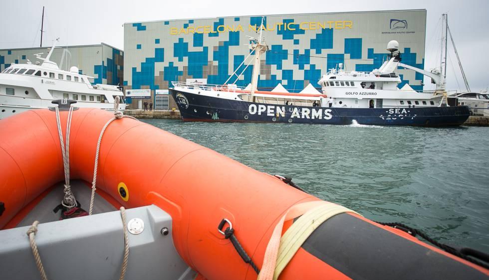El barco 'Golfo Azzuro', de la ONG Proactiva Open Arms, esta tarde en el puerto de Barcelona.