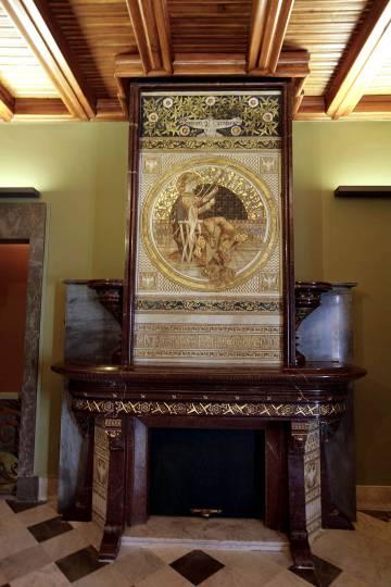 La chimenea con el plafón de Alexandre de Riquer realizada por Olivares para Fonollar, hoy en el Palau Güell.