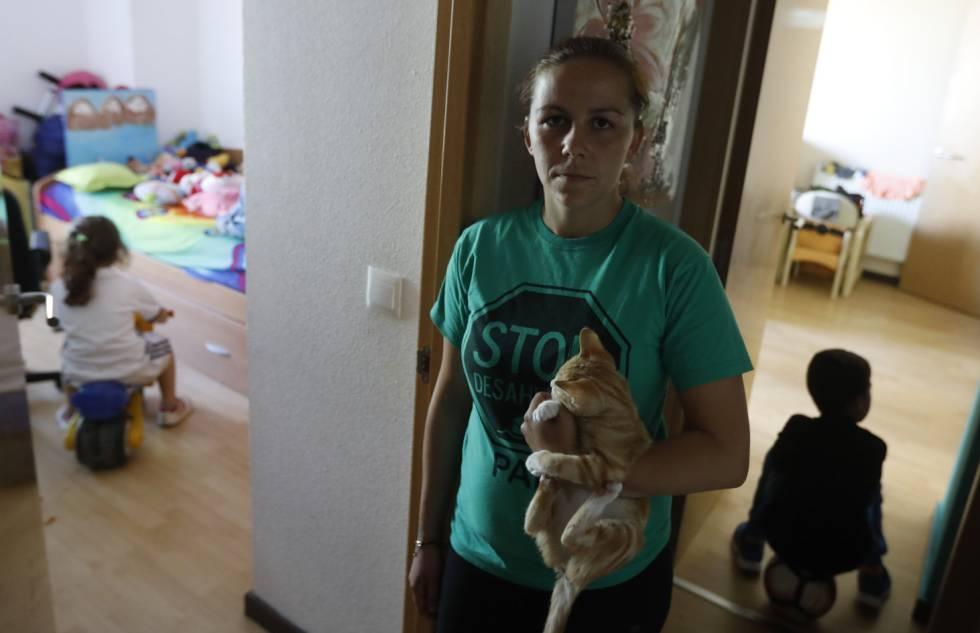 Sara y dos de sus cuatros hijos en su vivienda, de la que es propietaria ENCASA Cibeles.