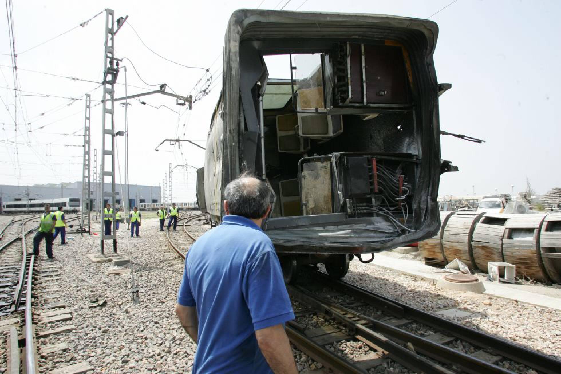 Traslado de uno de los vagones siniestrados en Valencia en 2006.
