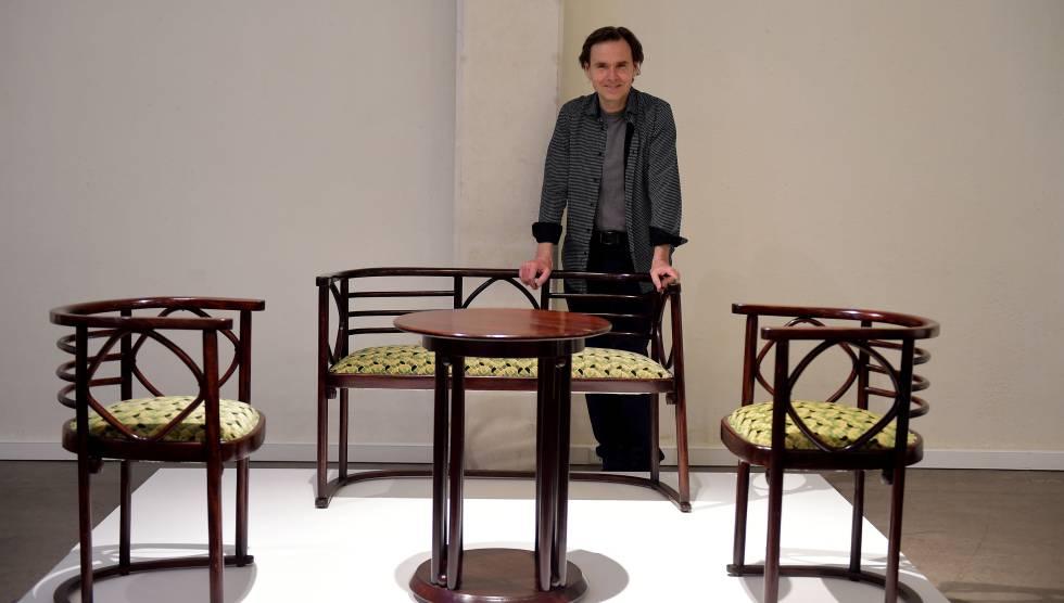 El dise ador andr s alfaro descubre su colecci n de for Muebles modernistas