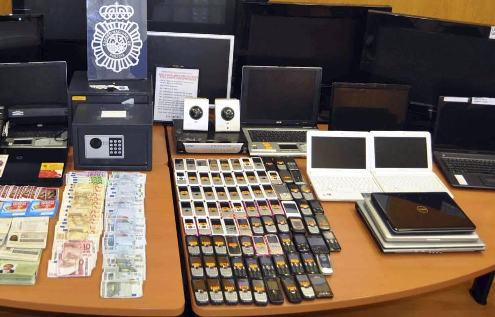 Teléfonos móviles decomisados por la policía en una operación.