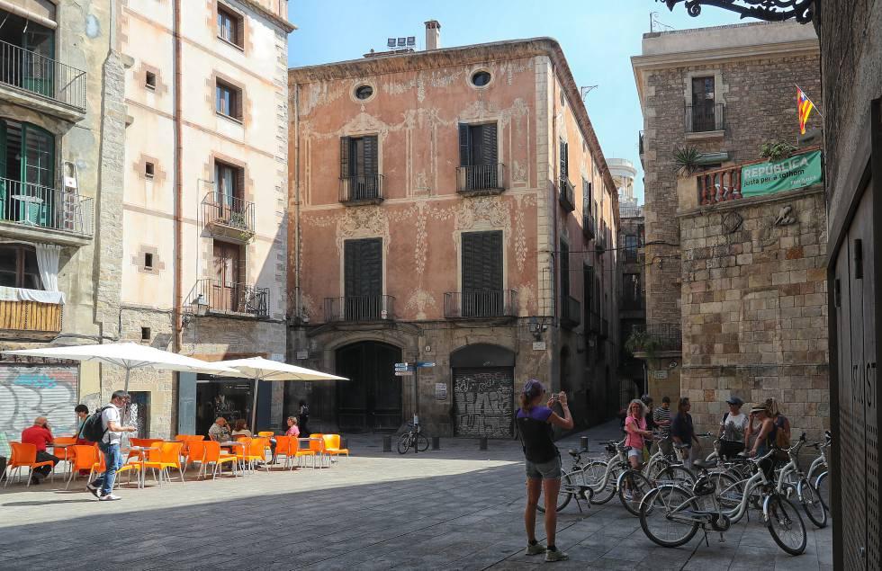 la fachada del palau mox en la plaza sant just i pastor de barcelona